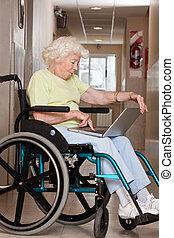 с помощью, инвалидная коляска, женщина, портативный компьютер