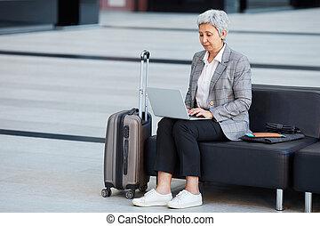 с помощью, портативный компьютер, аэропорт, женщина