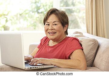 с помощью, портативный компьютер, женщина, старшая, главная
