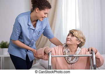 с помощью, старшая, женщина, гулять пешком, рамка
