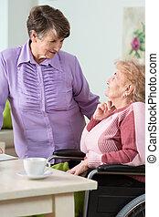 с помощью, старшая, женщина, инвалидная коляска