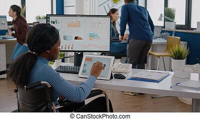 с помощью, черный, женщина, предприниматель, locomotor, disabilities, таблетка, pc