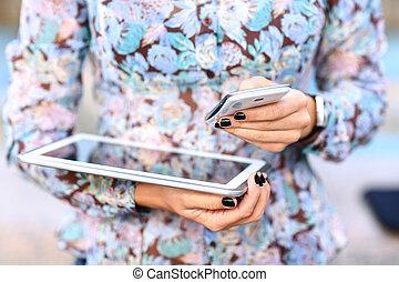 таблетка, за работой, мобильный, бизнес-леди, современное, молодой, компьютер, phone., цифровой, devices
