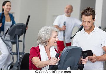 тренер, личный, старшая, женщина, фитнес