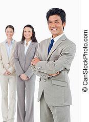 уверенная в себе, за, his, улыбается, бизнесмен, сотрудников, его