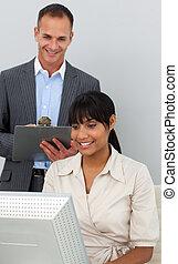 уверенная в себе, менеджер, employee's, привлекательный, his, checking, работа