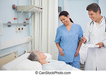 улыбается, медсестра, врач, пациент