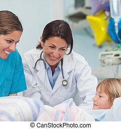улыбается, медсестра, врач, ребенок