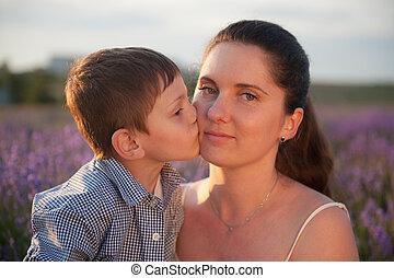 целование, мама, молодой, закат солнца, мальчик, улыбается, лето, цветок, кавказец, немного, поле, щека, his, счастливый