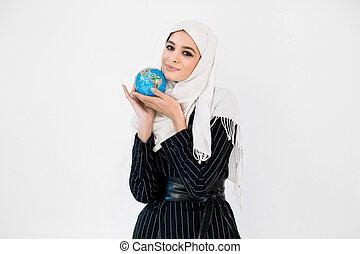 экология, женщина, немного, планета, globe., путешествовать, в обнимку, земля, hijab, спасти, забота, земля, симпатичная, молодой, concept.