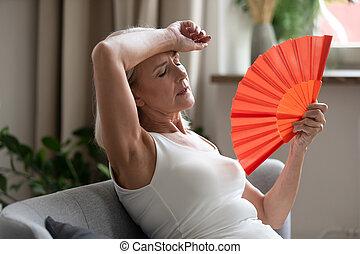 cooling, среднего возраста, сама, поклонник, indoors, рука, женщина