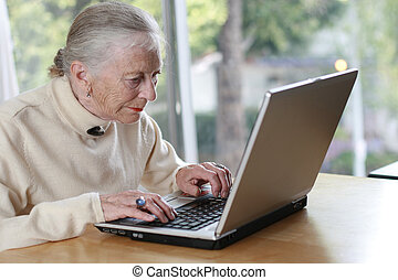 dof., мелкий, laptop., пожилой, набрав, леди