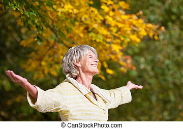 enjoying, старшая, женщина, парк, природа