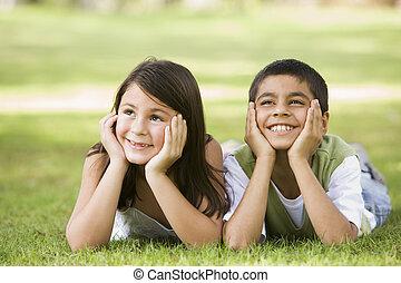 focus), парк, молодой, два, на открытом воздухе, (selective, улыбается, children, лежащий