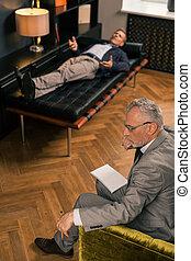 his, пациент, сидящий, психотерапевт, следующий, вдумчивый, серьезный