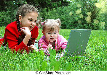 sisters, портативный компьютер, луг, счастливый