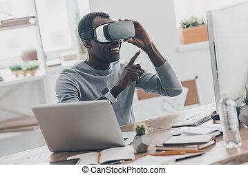 technologies., хорошо, офис, pointing, сидящий, наушники, африканец, молодой, виртуальный, реальность, ищу, в то время как, enjoing, человек, стол письменный, воздух, творческий, инновация
