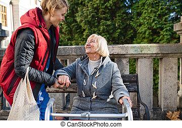 up., воспитатель, помощь, женщина, рамка, стоять, на открытом воздухе, старшая, парк, гулять пешком, сидящий